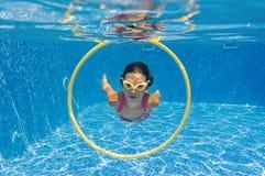 aktywnej dziewczyny szczęśliwy basen pływa underwater Obraz Royalty Free