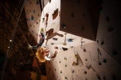 Aktywnej szczęśliwej dziewczyny wspinaczkowy up Zdjęcie Stock