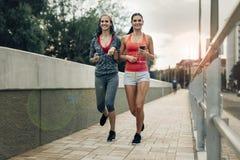 Aktywni żeńscy joggers biega outdoors obraz royalty free