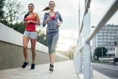 Aktywni żeńscy joggers biega outdoors fotografia royalty free