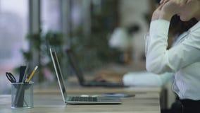 Aktywni biurowego pracownika początki pracują na laptopie, szczęśliwe uśmiechnięte kobiet miłość jej praca zbiory wideo