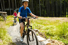 Aktywni ludzie jechać na rowerze Zdjęcie Royalty Free