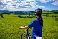 Aktywni ludzie jechać na rowerze Zdjęcia Royalty Free