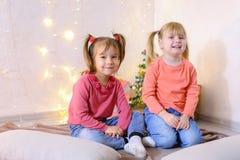 Aktywni młode dzieci dziewczyny śmiają się wokoło i błaź się, siedzący dalej zdjęcia royalty free