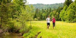 Aktywni Piękni potomstwa dobierają się wycieczkować ina natury wspinaczkowego wzgórze lub zdjęcie stock