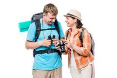 Aktywni podróżnicy z plecakami, dziewczyna z kamerą Obrazy Royalty Free