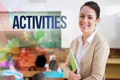 Aktywność przeciw ładnemu nauczycielowi ono uśmiecha się przy kamerą przy plecy sala lekcyjna Zdjęcia Stock