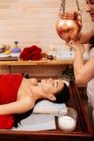Aktywny ćwiczy umieszczać rezerwuar nad lying on the beach kobieta dla egzotycznej procedury zdjęcie stock