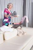 Aktywny żeński senior pakuje rocznik walizkę dla wakacje Zdjęcia Royalty Free