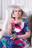 Aktywny żeński senior pije coś Fotografia Royalty Free