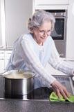 Aktywny żeński senior w kuchni Zdjęcie Royalty Free