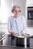 Aktywny żeński senior w kuchni Fotografia Royalty Free