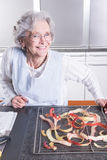 Aktywny żeński senior w kuchni Obraz Stock