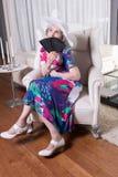 Aktywny żeński senior z fan w jej ręce Zdjęcia Stock