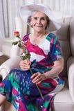 Aktywny żeński senior z wzrastał w jej ręce Zdjęcie Royalty Free