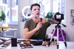Aktywny baczny facet w nawilżanie maskowego seansu makeup nowych produktach obraz royalty free