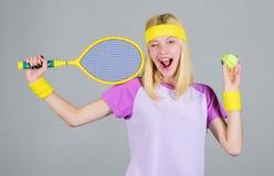 Aktywny czas wolny i hobby Atleta chwyta tenisowy kant w r?ce na popielatym tle Tenisowy sport i rozrywka tenis fotografia royalty free