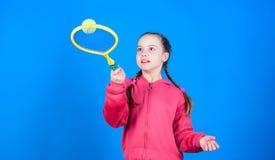 Aktywny czas wolny i hobby Tenisowy sport i rozrywka Dziewczyny dzieci bawi? si? uroczy tenis Ćwiczy tenisowe umiejętności i zdjęcia stock