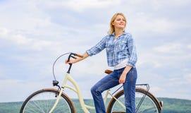 Aktywny czas wolny i zdrowa aktywność Dziewczyny przejażdżki krążownika modela bicykl Zdrowy ekologicznie życzliwy i najwięcej zdjęcie royalty free