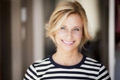 Aktywny Dojrzała kobieta ono Uśmiecha się Przy kamerą Obrazy Stock