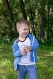 Aktywny dzieciak bawić się w ogródzie na pogodnym letnim dniu drzwi aktywność dla dzieci, Out obraz stock