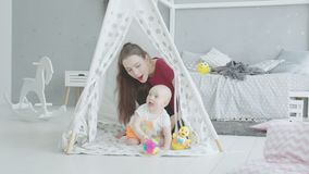 Aktywny dziecka czołganie od za domowej roboty budzie zdjęcie wideo