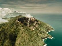 Aktywny Indonezyjski wulkanu przegląd Antena strzał zdjęcie stock