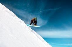 Aktywny mężczyzna jazda na snowboardzie zdjęcie stock