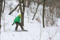 Aktywny mężczyzna jazda na snowboardzie Zdjęcia Royalty Free