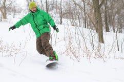 Aktywny mężczyzna jazda na snowboardzie Zdjęcia Stock