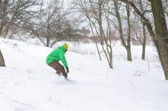 Aktywny mężczyzna jazda na snowboardzie Obraz Royalty Free