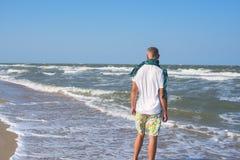 Aktywny mężczyzna jest ubranym szalika na plaży zdjęcie royalty free