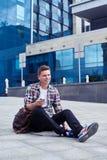 Aktywny męski obsiadanie i słuchanie muzyka Zdjęcie Stock