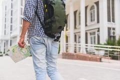 Aktywny męski turystyczny cieszy się spacer w miasteczku Zdjęcie Stock