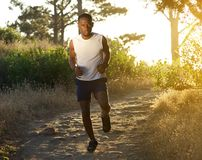 Aktywny młody człowiek biega outdoors Fotografia Royalty Free