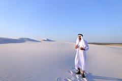 Aktywny młody męski emirat raduje się w życiu i chodzi przez exp Obraz Royalty Free