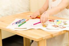 Aktywny mały preschool wieka dziecko, śliczna berbeć dziewczyna z blondynka kędzierzawym włosy, rysuje obrazek na papieru używać  Fotografia Stock