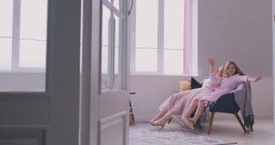 Aktywny rodzinny potomstwo matki taniec ma zabawę z małą preschool lub szkolnego wieka córki starą młodą siostrą słucha zdjęcie wideo
