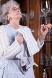 Aktywny senior poleruje szkła Obrazy Royalty Free