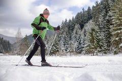 aktywny senior Przez cały kraj narciarstwo Obrazy Royalty Free