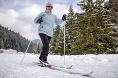 aktywny senior Przez cały kraj narciarstwo Zdjęcia Royalty Free