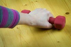 Aktywny senior robi ćwiczeniu z czerwonymi dumbells; sport; routin Zdjęcia Stock