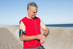 Aktywny starszy mężczyzna jogging na molu Zdjęcia Royalty Free