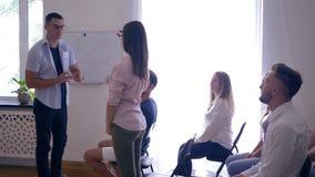 Aktywny uczenie na konwersatorium, lider zespołu daje prezentaci i dyskutuje pomysły z kolegami na interaktywnym szkoleniu zdjęcie wideo