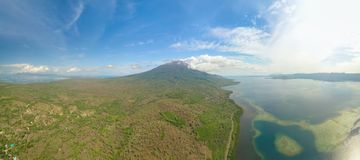 Aktywny wulkan Ile Boleng i turkusowy koloru morze, fotografia stock