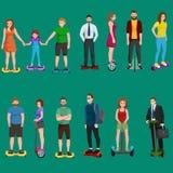 Aktywny zaludnia zabawę z elektryczną hulajnoga, rodziną na segway nowym nowożytnym technologii hoverboard, mężczyzna kobietą i d Fotografia Stock