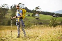 Aktywny zdrowy mężczyzna wycieczkuje przy naturą obrazy royalty free