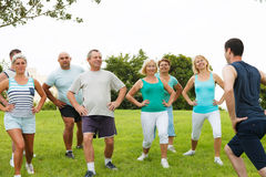 Aktywnych Dojrzali ludzie z sprawność fizyczna trenerem Fotografia Royalty Free