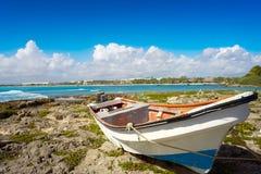 Akumal strandade det gamla fartyget i Riviera Maya Royaltyfria Bilder
