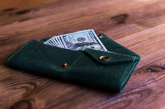 akumulacja Mnóstwo dolary w zielonej kiesie Obrazy Stock